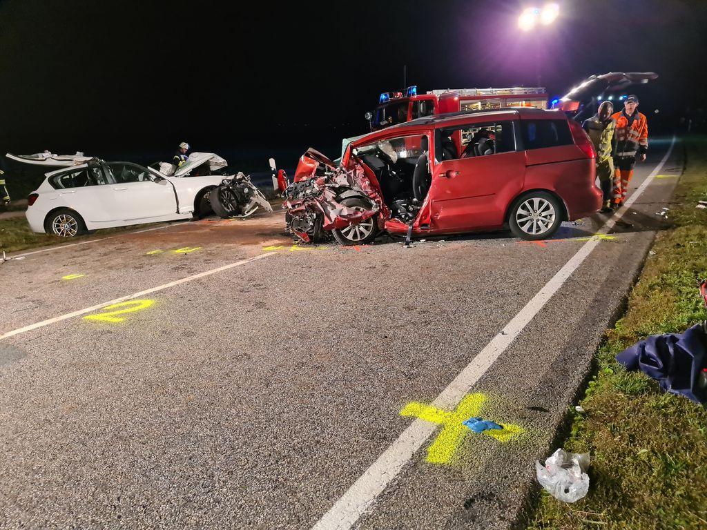 Bei Unfall nahe Magdeburg sterben zwei Menschen, fünf weitere werden schwer verletzt
