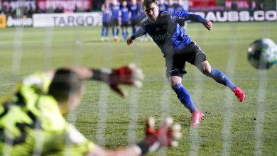Saarbrückens Bone Uaferro beim Elfmeterschiessen gegen Düsseldorfs Torwart Florian Kastenmeier.