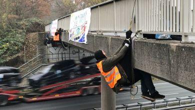 Braunschweig: Aktivisten seilen sich an einer Brücke über der Autobahn A2 ab