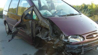Auto verliert Vorderrad