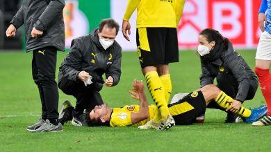 Dortmunds Mateu Morey liegt verletzt auf dem Spielfeld.