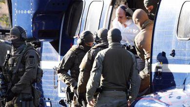 Karlsruhe: Stephan B., der Attentäter von Halle, wird von Polizisten aus einem Hubschrauber gebracht.