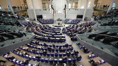 Die Abgeordneten sitzen im Bundestag