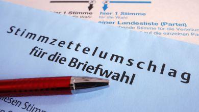 Stimmzettel und ein Umschlag für die Briefwahl