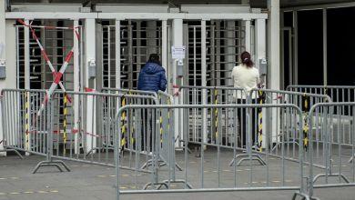 Mitarbeiter des Fleischwerks Tönnies in Rheda-Wiedenbrück betreten das Hauptgebäude. Das Land Nordrhein-Westfalen hat ebenfalls Tests angekündigt.