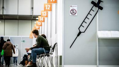Symbolbild: Impflinge warten im Corona Impfzentrum