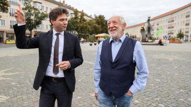 Dieter Hallervorden geht mit OB Robert Reck über den Marktplatz von Dessau
