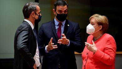 Kyriakos Mitsotakis (l), Ministerpräsident von Griechenland, Pedro Sanchez, Ministerpräsident von Spanien, und Bundeskanzlerin Angela Merkel während eines Gesprächs im Rahmen des EU-Gipfels.