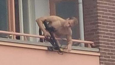 Mann mit Armbrust in Almelo