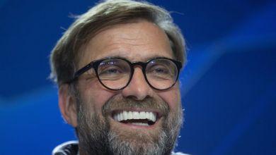 Jürgen Klopp, Trainer des FC Liverpool, lächelt auf einer Pressekonferenz