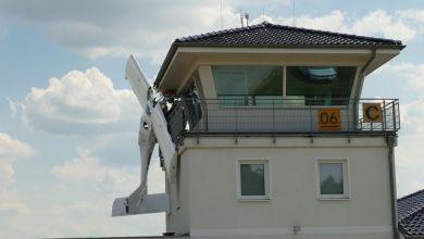 Kleinflugzeug hängt nach einer Kollision am Tower des Flugplatzes Müncheberg-Eggersdorf