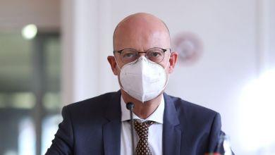 Halles Oberbürgermeister Bernd Wiegand bei der Pressekonferenz.