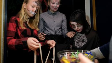 Jugendliche klingeln gruselig kostümiert am Halloween Tag an Haustüren mit einem Spruch