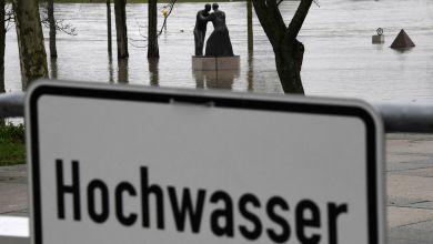 Symbolbild: Schild, auf dem Hochwasser steht