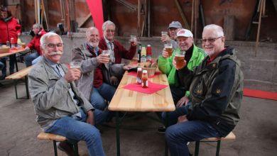 Männergruppe am Tisch