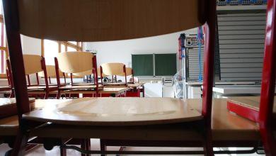 Stühle in einem leeren Klassenzimmer