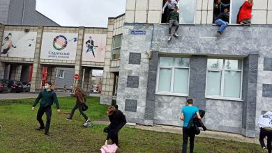 Studenten fliehen aus Fenster
