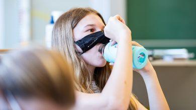Schülerin im Unterricht mit Maske