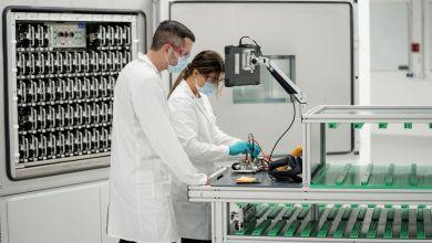 Salzgitter: Mitarbeiter bei der Einweihung des neuen Batterie-Labors im Center of Excellence Salzgitter