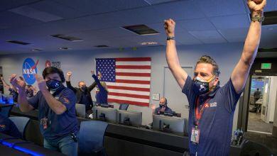 18.02.2021, USA, Pasadena: Mitarbeiter des Perseverance-Rover-Teams der NASA jubeln in der Missionskontrolle, nachdem sie die Bestätigung erhalten haben, dass das Raumfahrzeug erfolgreich auf dem Mars gelandet ist.