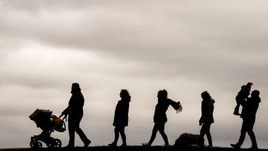 Familie beim Spaziergang bei bewölktem Himmel