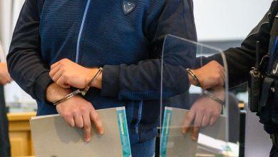 Ein Mann mit Handschellen wartet auf den Gerichtsprozess