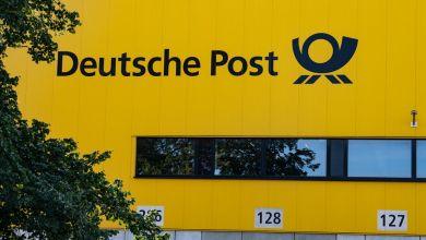 """Berlin: """"Deutsche Post"""" steht auf der Fassade der Paketzustellbase am Rohrdamm"""