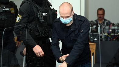 Der angeklagte Stephan Balliet wird zu Beginn des zwölften Prozesstages in den Saal des Landgerichts gebracht