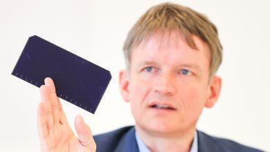Gunter Erfurt, Geschäftsführer des Solarmodul-Herstellers Meyer Burger, hält ein Solarmodul