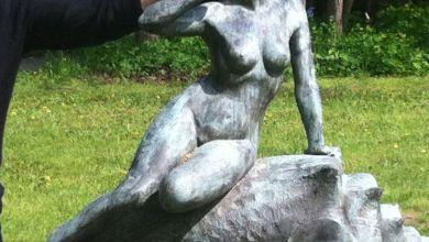 Da saß sie noch, die Bronze-Dame im Schlosspark Derenburg