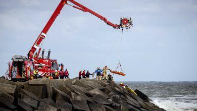 Rettungskräfte bergen eine Leiche, die sie bei der erneuten Suche nach den vermissten Wassersportlern im Noordelijk Havenhoofd gefunden haben