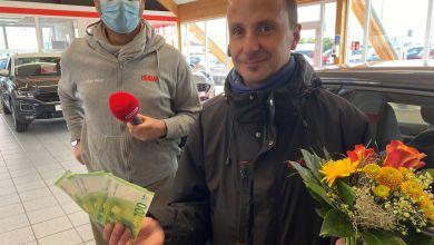 Holger Tapper übergibt die ersten 1.000 Euro an Uwe Vollrath aus Naumburg