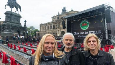 Uwe Hassbecker und Bandkollegen von Silly