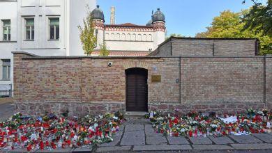 Blumen und Kerzen vor der Synagoge in Halle kurz nach dem Anschlag