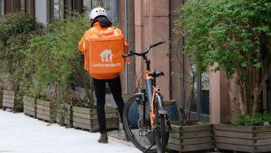Leipzig: Der Fahrer eines Lieferdienstes wartet vor einem Restaurant
