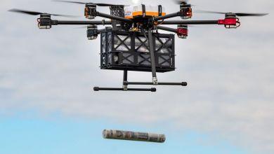 """Eine Tageszeitung in einer Hülse fällt am Flugplatz Altenburg-Nobitz aus der Absetzbox des Hexacopters """"Paperboy"""""""