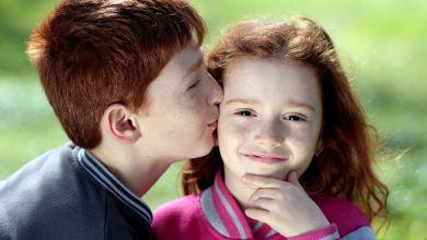 Bruder und Schwester mit roten Haaren