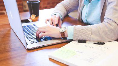 Eine Frau sitzt am Computer