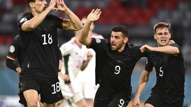 Goretzka jubelt mit zu einem Herz geformten Händen Richtung ungarischer Fans