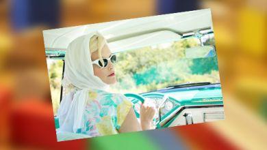 Frau im Auto bei Sonnenschein