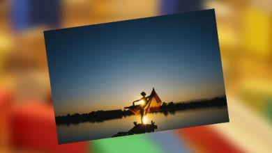 Frau macht Yoga am Strand bei Sonnenuntergang
