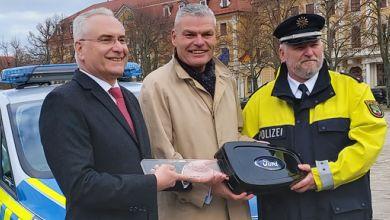 Übergabe Polizeiautos Magdeburg Domplatz