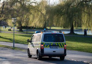 Polizei fährt auf der Peißnitz in Halle/Saale Streife