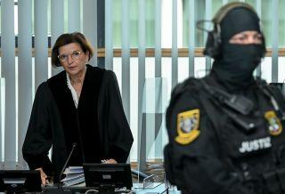 Ursula Mertens (l), Vorsitzende Richterin, ruft die Verhandlung gegen den angeklagten Stephan Balliet auf