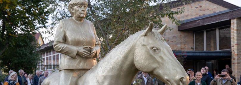 Reiterstandbild Angela Merkel