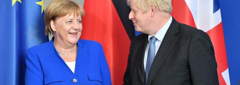 Bundeskanzlerin Angela Merkel (CDU) und Boris Johnson, Premierminister von Großbritannien, geben bei einer Pressekonferenz vor ihrem Gespräch im Bundeskanzleramt einander die Hand.