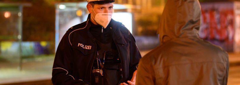 Polizist kontrolliert Passanten