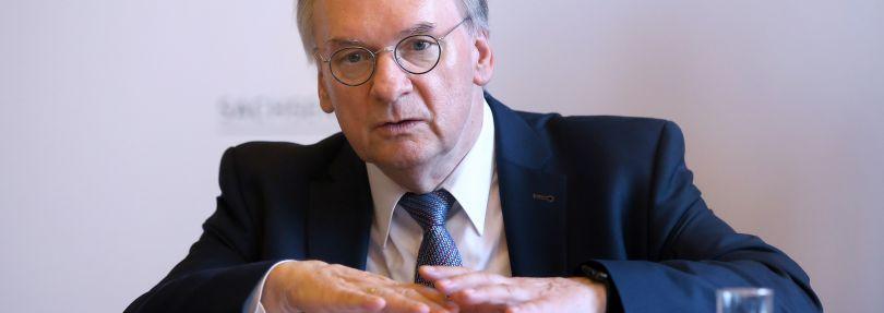 Ministerpräsident Reiner Haseloff (CDU) spricht während einer Pressekonferenz