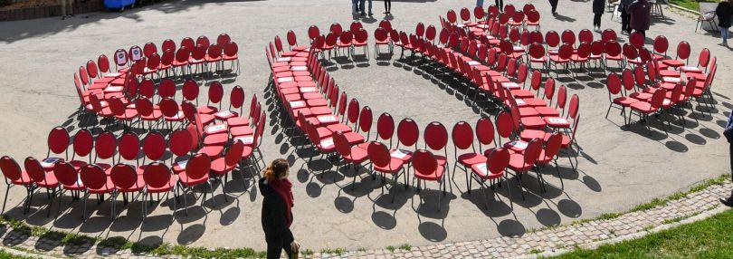 """Der Hilferuf """"SOS"""" ist aus Stühlen am Skihang in Oberwiesenthal geformt."""