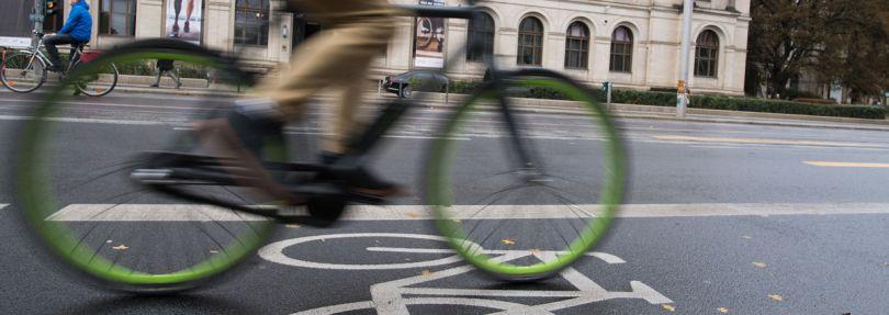 Radfahrer fährt am Bundesverkehrsministerium vorbei